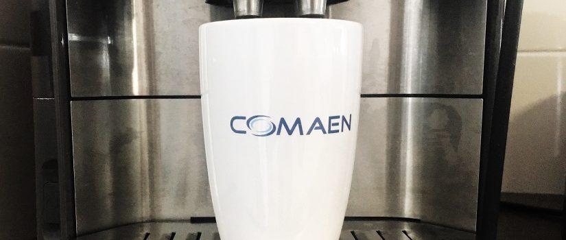 Kop koffie met een mok van Comaen