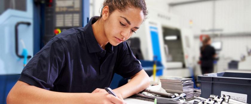 Jonge engineer die aan het werk is op de werkplaats.